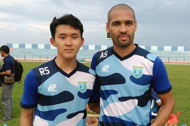 Pemain asing seleksi Persela Lamongan, Kim Hyong Yuen asal Korea Selatan (kiri) dan Danilo Alfredo dos Santos dari Brasil.