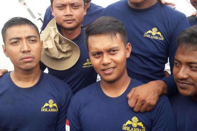 Serda Satria Margono (tengah), penyelam Dislambair Koarmada I TNI AL yang menemukan black box beridi CVR Lion Air di perairan Karawang, Senin (14/1/2019).
