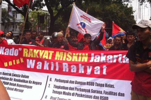 Massa Perempuan Tolak Penggusuran di Pelantikan DPRD DKI