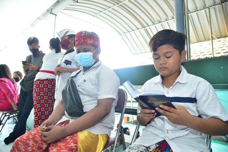 Salah satu siswa beragama Hindu mengikuti tes hafalan kitab suci sebagai syarat PPDB jalur prestasi penghafal kitab suci di Kantor Kemenag Surabaya, Rabu (9/6/2021).