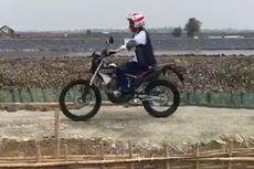 Tinjau Tambak Udang dan Ikan di Muara Gembong, Jokowi Naik Motor Trail
