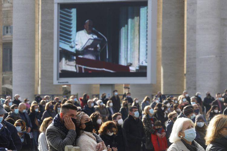 Jorge Mario Bergoglio, Paus ke-266 Katolik Roma, menyampaikan pesan Kasih Natal dalam pidato di Aula Clementine di Istana Apostolik Vatika pada Senin (21/12/2020).