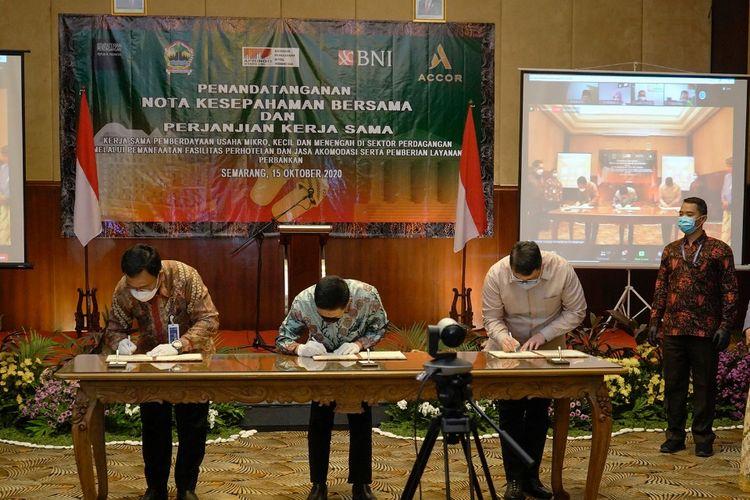 Menteri Perdagangan, Agus Suparmanto bersama Gubernur Jawa Tengah, Ganjar Pranowo menyaksikan penandatanganan Nota Kesepakatan Bersama dan Perjanjian Kerja Sama tentang Pengembangan Pemberdayaan UMKM di Semarang, Jawa Tengah, Kamis (15/10/2020).