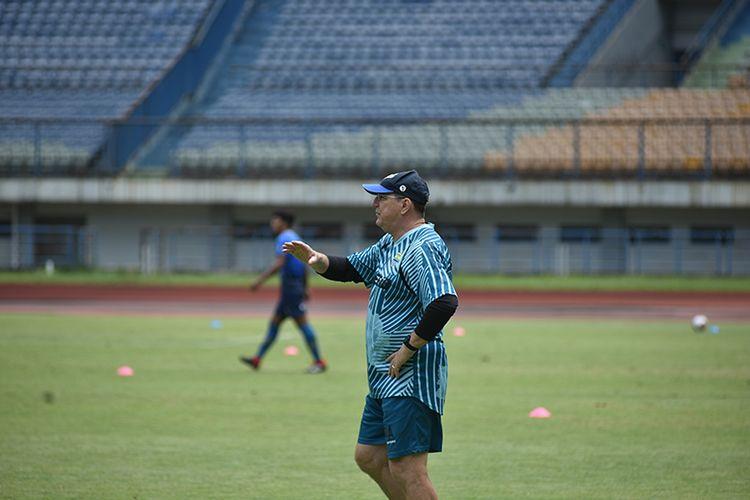 Pelatih Persib Bandung, Robert Rene Alberts, memantau sesi latihan timnya di Stadion Gelora Bandung Lautan Api (GBLA), Kamis (08/04/2021).