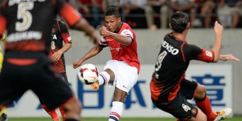 Gelandang Arsenal, Serge Gnabry, mencoba melakukan tendangan ke gawang Nagoya Grampus pada laga persahataban, Senin (22/7/2013). Pada pertandingan ini, Arsenal menang 3-1.