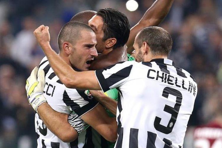 Leonardo Bonucci (kiri), Gianluigi Buffon (tengah), dan Giorgio Chiellini merayakan kemenangan atas AS Roma pada partai Serie A di Juventus Stadium, 5 Oktober 2014.