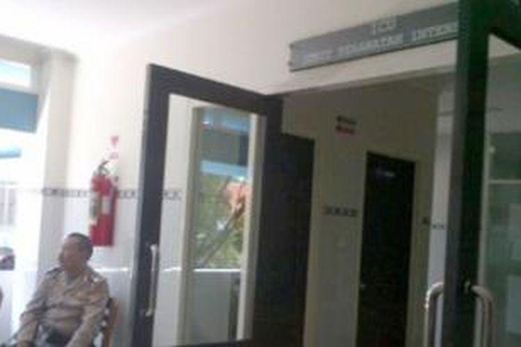 Petugas kepolisian sedang berjaga di depan pintu masuk ruang ICU, lantai 2, RS Panti Rapih, Kamis (8/8/2013).