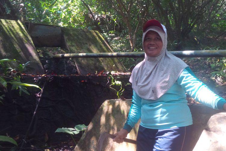 Sri Hartini menunjukkan sebuah sumber mata air di tengah Hutan Adat Wonosadi