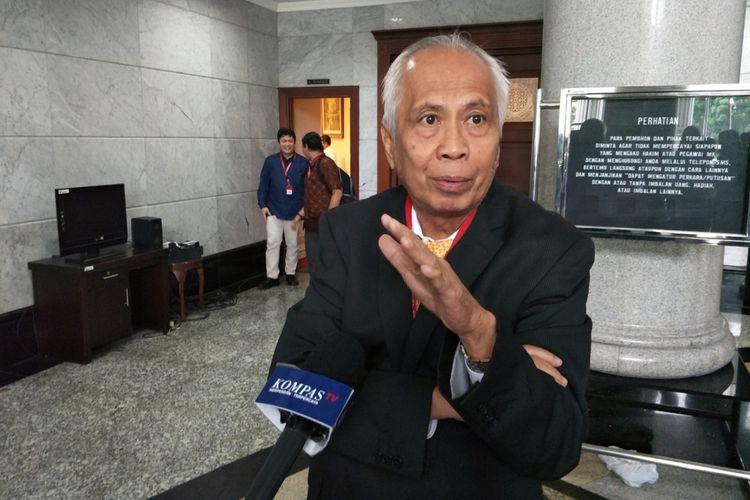 Pengacara senior sekaligus terpidana kasus korupsi, OC Kaligis, saat ditemui usai sidang pembacaan putusan permohonan uji materi terkait aturan pemberian remisi,di gedung MK, Jakarta Pusat, Selasa (7/11/2017).
