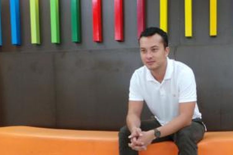 Nicholas Saputra diabadikan sesudah diwawancara oleh media Kelompok Kompas Gramedia di Studio Orange KompasTV, Jalan Palmerah Selatan, Jakarta Pusat, Senin (10/11/2014).