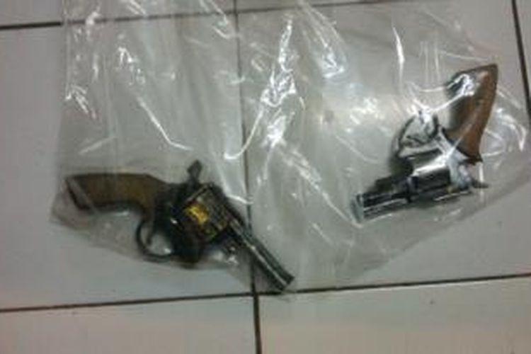 Senjata api rakitan yang disita dari dua pelaku pencurian kendaran bermotor di Kabupaten Bandung, Jawa Barat, Senin (18/11/2013)