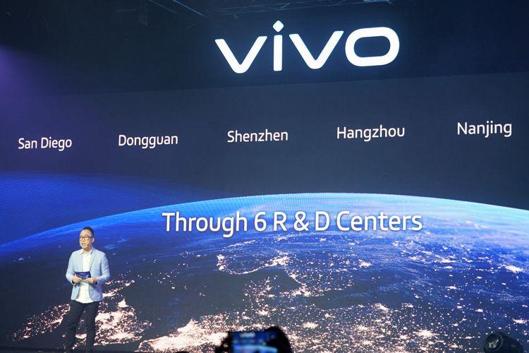 Senior Brand Director vivo Indonesia, Edy Kusuma memaparkan komitmen Vivo dalam pengembangan produk smartphone mereka dengan membangun sejumlah pusat riset dan teknologi. Total ada enam pusat riset yang dimiliki vivo di seluruh dunia.