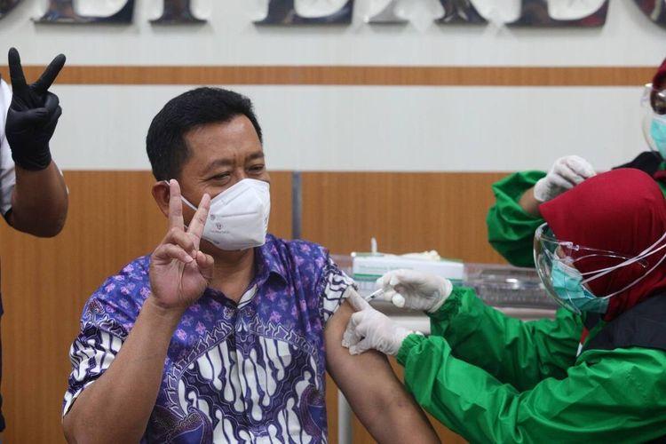 Sekda Kota Bandung Ema Sumarna menjadi salah satu orang yang mendapatkan suntikan pertama vaksin Covid-19 di Kota Bandung