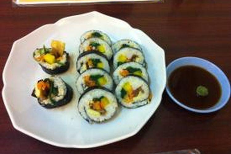 Kimbab, nasi gulung Korea berbeda dengan sushi Jepang karena lebih besar dan diisi dengan sayuran, lobak kuning, daging sapi dan daging kepiting