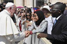 Cerita di Balik Foto Viral Wanita Berhijab dari Semarang Bersalaman dengan Paus Fransiskus