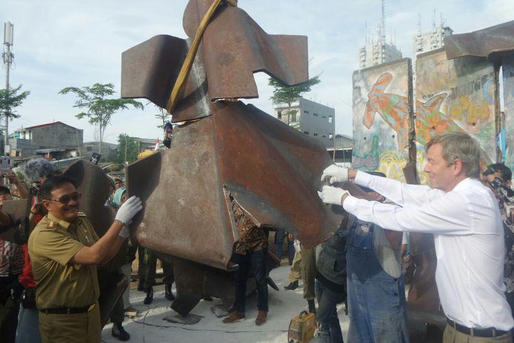 Gubernur DKI Jakarta Djarot Saiful Hidayat dan Dubes Jerman untuk Indonesia Michael von Ungern-Sternberg ikut memasang patung manusia baja dalam display Patung Menembus Batas tembok Berlin di RPTRA Kalijodo, Selasa (26/9/2017).