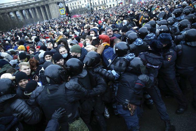 Massa pro-Alexei Navalny bentrok dengan polisi di Saint Petersburg, Rusia, pada Sabtu (23/1/2021).