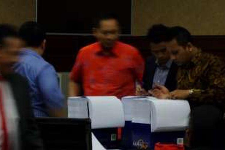 Tim kuasa hukum Jessica Kumala Wongso melihat berkas materi pleidoi atau nota pembelaan saat rehat sidang lanjutan kasus kematian Wayan Mirna Salihin di Pengadilan Negeri Jakarta Pusat, Kamis (13/10/2016).