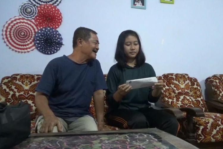 Dhea Lukita Andriana bersama kakeknya ketika melihat surat panggilan sebagai anggota Paskibraka Nasional beberapa waktu lalu dirumahnya, di kecamatan Ngunut Kabupaten Tulungagung Jawa Timur.