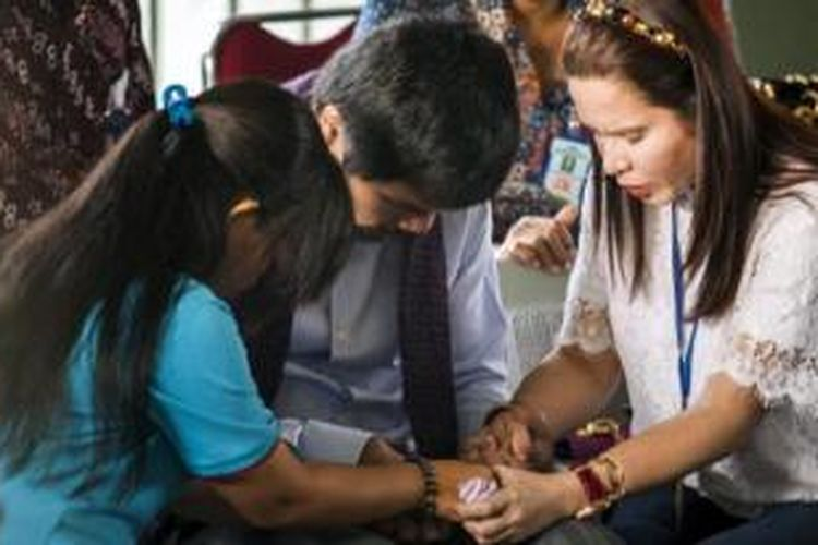 Manny Pacquiao berdoa bersama isterinya, Jinkee dan terpidana mati, Mary Jane Veloso