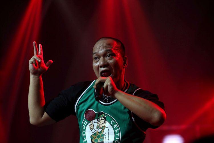 Penyanyi rap Iwa K menghibur penonton saat konsernya yang bertajuk Batman Kasarung di The Pallas, SCBD, Jakarta Selatan, Rabu (4/4/2018) malam. Konser Batman Kasarung merupakan perayaan 25 tahun Iwa K berkarya di industri musik Tanah Air. Ia menggandeng sejumlah penyanyi hip hop kenamaan Indonesia, di antaranya Sweet Martabak, NEO , Saykoji, Yacko, Ramengvrl, dan S.O. B.