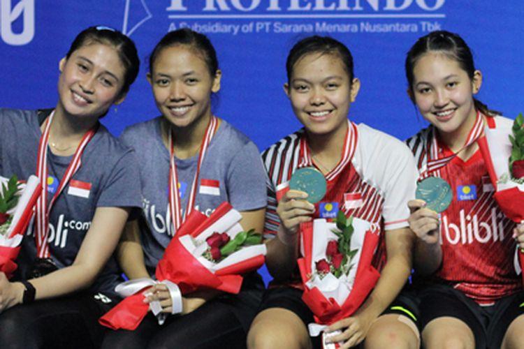 Pasangan ganda putri Indonesia, Della Destiara Haris/Rizki Amelia Pradipta (kiri) dan Siti Fadia Silva Ramadhanti/Ribka Sugiarto (kanan) di Yuzu Indonesia Masters 2019.