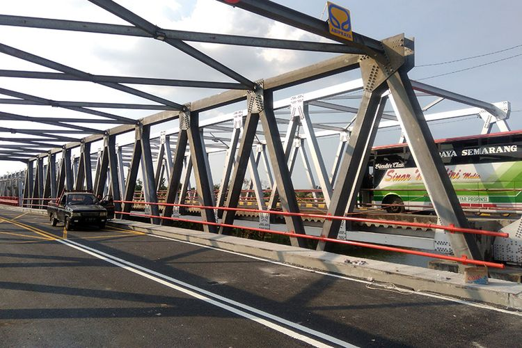 Jembatan cincin lama yang sempat ambruk, tampak masih belum dilalui oleh kendaraan dari Tuban menuju Lamongan maupun sebaliknya.