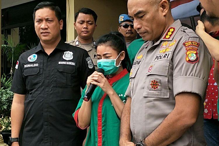 Vitalia Sesha (baju hijau) saat meminta maaf dalam jumpa pers di Polres Jakarta Barat, Jumat (28/2/2020)