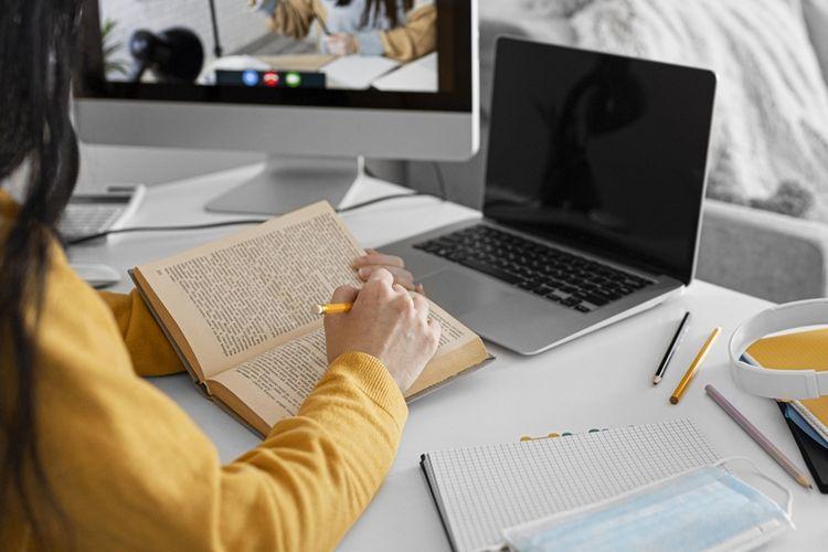 Ilustrasi belajar agama di internet.