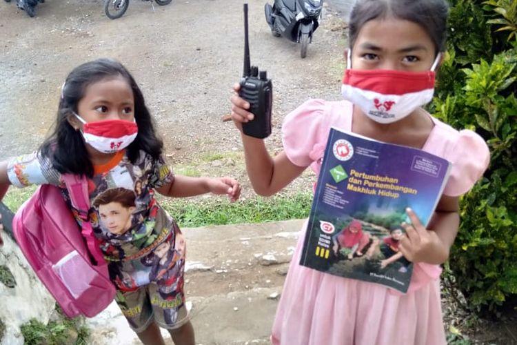 Susah sinyal, siswa di Sumbawa gunakan HT selama belajar di rumah