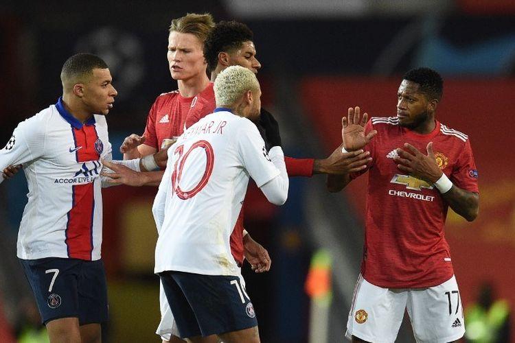 Gelandang Manchester United, Fred (kanan), terlibat insiden dengan beberapa pemain PSG. Manchester United harus mengakui keunggulan 1-3 Paris Saint-Germain saat kedua tim bersua di Stadion Old Trafford, Kamis (3/12/2020) dini hari WIB.