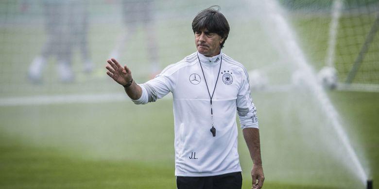Pelatih Jerman Joachim Loew memimpin latihan tim nasional Jerman di CSKA Sport Bas, Vatutinki, Rabu (13/6/201). Timnas Jerman akan menghadapi Meksiko pada laga perdananya di Piala Dunia 2018 pada 17/6/2018.