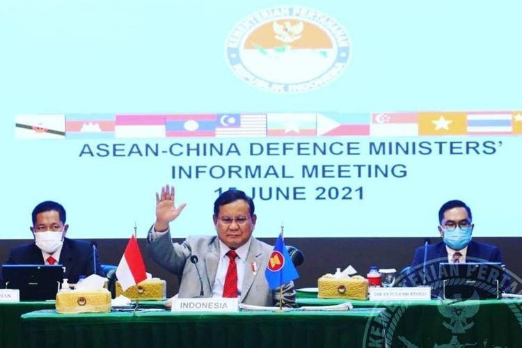 Menteri Pertahanan (Menhan) Prabowo Subianto tengah mengikuti ASEAN-China Defence Ministers' Informal Meeting (ADMM) bersama Menhan China, Wei Fenghe, secara virtual, Selasa (15/6/2021).