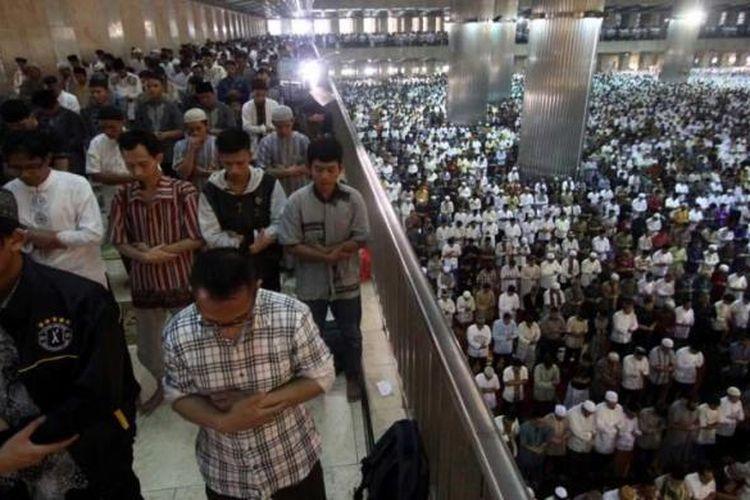 Sejumlah umat muslim menunaikan Shalat Idul Fitri 1 Syawal 1436 H di Masjid Istiqlal, Jakarta, Jumat (17/7/2015). Shalat Idul Fitri dihadiri oleh Wakil Presiden Jusuf Kalla dan diperkirakan diikuti oleh 150 ribu jamaah yang dipimpin oleh Imam Hasanudin Sinaga.