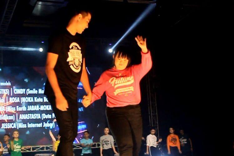 Anak-anak autis dan disabilitas meramaikan acara Charity Fashion Show for Disabilty di Bandung, Kamis (24/1/2019) malam.