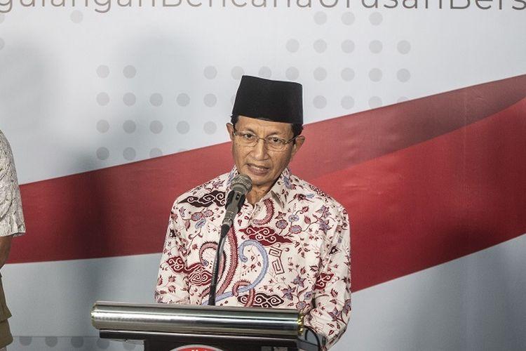 Imam Besar Masjid Istiqlal Nasaruddin Umar (kanan) dan Ketua Gugus Tugas Percepatan Penanganan COVID-19 yang juga Ketua BNPB Doni Monardo (kiri) memberikan keterangan pers terkait Fatwa MUI No 14 Tahun 2020 tentang Penyelanggaraan Ibadah dalam Situasi Terjadi Wabah COVID-19 di Graha BNPB, Jakarta, Jumat (20/3/2020). Imam Besar Masjid Istiqlal Nasaruddin Umar menyatakan Masjid Istiqlal tidak menggelar ibadah Salat Jumat mulai Jumat (20/3) hingga dua Jumat  ke depan, untuk mencegah penyebaran virus Corona (COVID-19). ANTARA FOTO/Aprillio Akbar/pd