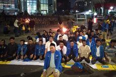 Massa PMII Gelar Shalat Magrib Berjamaah di Depan Gedung KPK