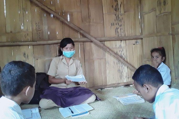 Elivina Nawu sedang membimbing murid-muridnya di kampung pedalaman selama masa belajar di rumah.