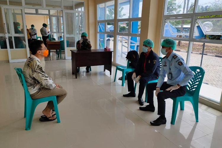 YX (30), warga Negara China, saat diwawancarai Tim Inteldakim Imigrasi Kelas II Atambua di Rumah Susun milik Pemerintah Kabupaten TTU di Desa Naiola, Kecamatan Bikomi Selatan, TTU