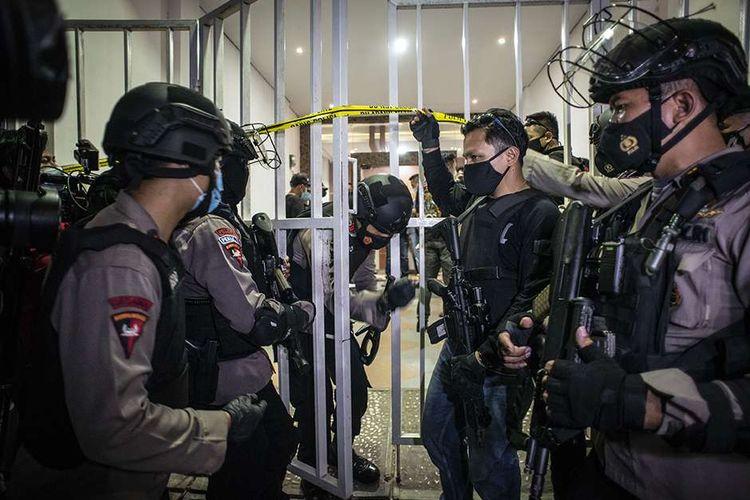 Personel kepolisian bersenjata berjaga saat tim Densus 88 Antiteror melakukan penggeledahan di bekas markas Front Pembela Islam (FPI), Petamburan, Jakarta, Selasa (27/4/2021). Tim Densus 88 Antiteror menggeledah tempat tersebut pascapenangkapan mantan Sekretaris Umum Front Pembela Islam (FPI) Munarman terkait kasus dugaan tidak pidana terorisme.