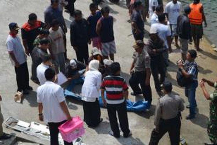 Warga berkerumun untuk melihat proses evakuasi korban tenggelam di Telaga Sarangan, Magetan, Jawa Timur, Selasa (1/10/2013).