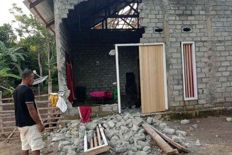 Salah satu rumah warga di Desa Pangeo, Kecamatan Morotai Jaya, Kabupaten Pulau Morotai, Maluku Utara yang rusak akibat gempabumi magnitudo 7,1 pada Kamis (4/6/2020)