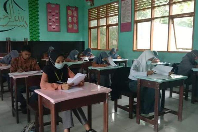 Suasana siswa XII mengikuti ujian sekolah tatap muka di  SMAN 12 Bulukumba, Jl Poros Borongrappoa, Kampung Cina, Kabupaten Bulukumba, Sulawesi Selatan.