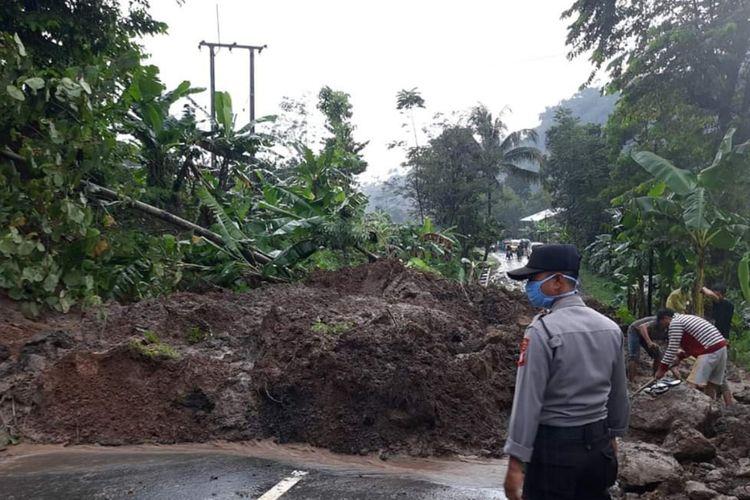 Tebing longsor menutup akses Jalan Sumedang-Subang di wilayah Rancakalong, Sumedang, Jawa Barat, Senin (6/4/2020) sekitar pukul 14.10 WIB. Dok. Polres Sumedang