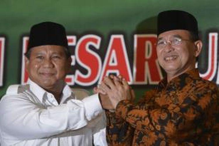 Ketua Partai Persatuan Pembangunan Suryadharma Ali (kanan) dan Ketua Dewan Pembina Partai Gerindra Prabowo Subianto pada acara pernyataan dukungan PPP kepada Prabowo sebagai calon presiden di Kantor DPP PPP, Jakarta, Jumat (18/4/2014).