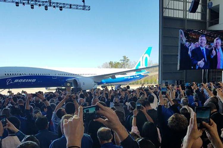 Boeing 787-10 saat diluncurkan dari pabrik perakitan Boeing di South Carolina, AS, Jumat (17/2/2017).