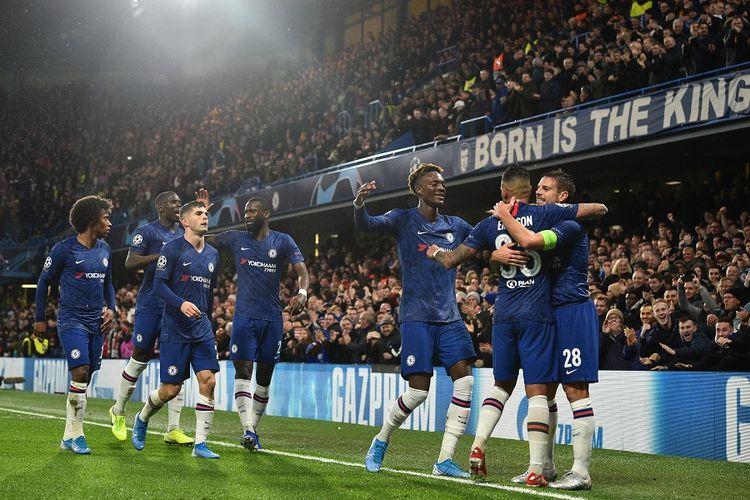 Bek Chelsea Cesar Azpilicueta (kanan) merayakan gol dengan rekan setimnya dalam pertandingan Grup H Liga Champions antara Chelsea vs Lille di Stamford Bridge di London pada Selasa (10/12/2019).