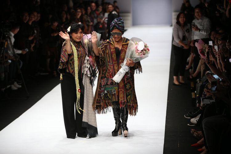 Menteri Kelautan dan Perikanan, Susi Pudjiastuti mengenakan busana rancangan Anne Avantie saat Jakarta Fashion Week 2019 di Senayan City, Jakarta, Selasa (23/10/2018).