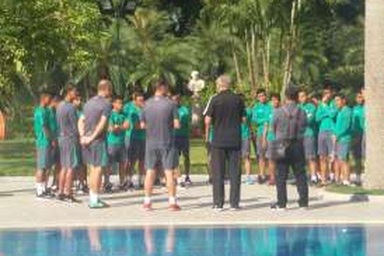 Para pemain timnas Indonesia berlatih ringan di halaman hotel jelang laga kontra Vietnam, Rabu (7/12/2016).
