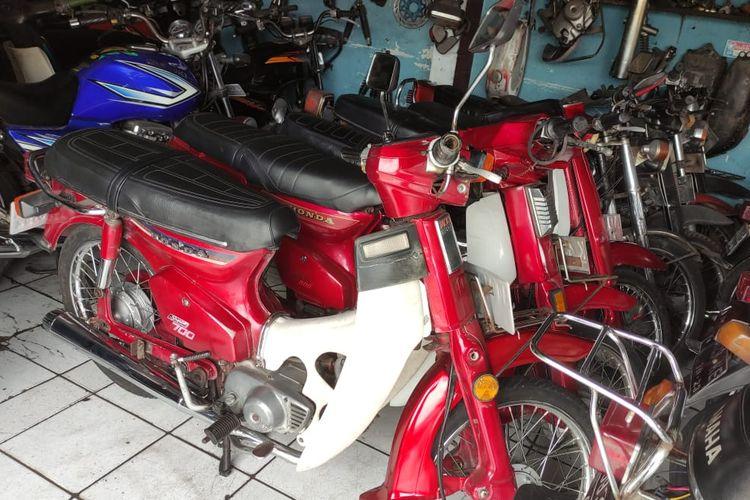 jejeran motor antik di showroom Marwan Motor